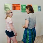Stéphanie in gesprek met een leerling