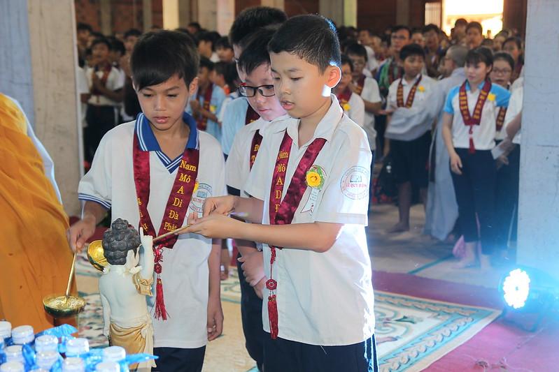 Các em học sinh hân hoan tắm Phật (2)