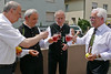 Traditionelles Anstoßen mit dem Kirchweihwein, links als Schirmherr der Karlsruher Bürgermeister Michael Obert, rechts Ortsvorsteher von Neureut Jürgen Stober