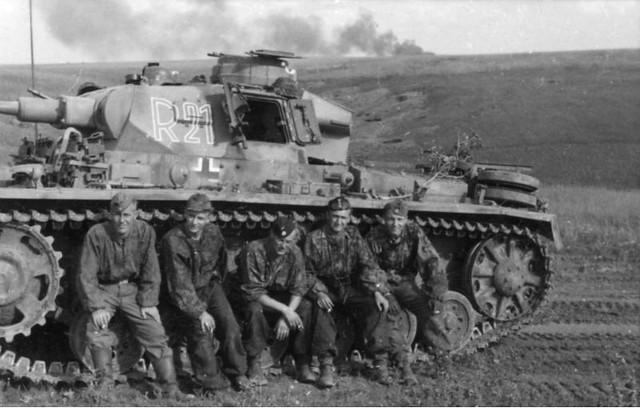 """Σοβιετική Ένωση - """"Επιχείρηση Citadel"""" -Μάχες στην περιοχή Μπελγκορόντ-Ορελ -Πλήρωμα της Μεραρχίας SS """"Das Reich"""" κατά τη διάρκεια στάσης μπροστά από το άρμα τους Panzer III."""
