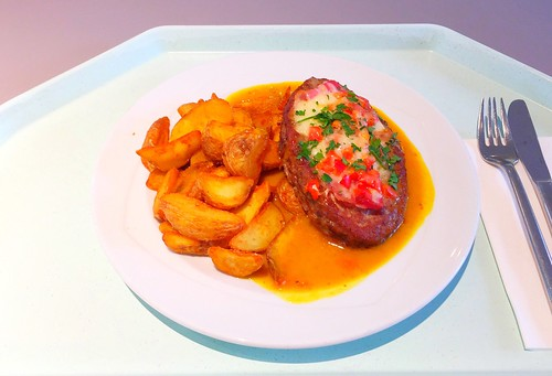 Salisbury steak gratinated with tomatoes & bacon with mango chutney & country potatoes / Rinderhacksteak mit Tomaten & Bacon gratiniert, dazu Mango Chutney & Country Potatoes