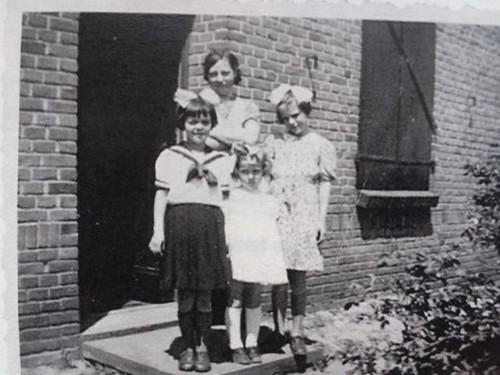 Mn moeder in oorlogstijd met twee buurmeisjes en Nellie Hantelmann..familie