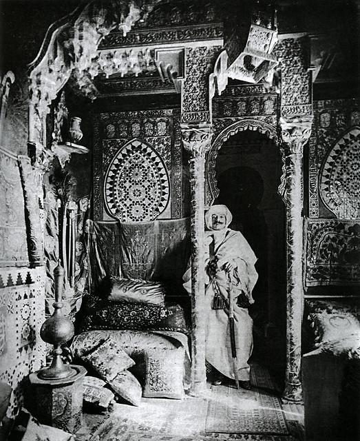 Anonyme, Pierre Loti déguisé en arabe dans le salon de sa maison de Rochefort, sd, Maison Pierre-Loti de Rochefort