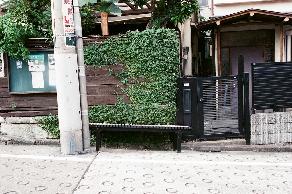神樂坂 Tokyo, Japan / AGFA VISTAPlus / Nikon FM2 那個夏日的最後一天,來到了神樂坂,那天晚上這裡有祭典活動,整個神樂坂都被擠到寸步難行,我們買好了啤酒和串燒,轉進了一條巷子後,這裡安靜到好舒服,在那個夜晚。   我們就坐在這裡,安靜的休息著,我則是想著五天的旅行好快就結束了。   我會懷念,的確,但那個夏日已經只能回憶了,那個夏日旅行的兩個人已經變得不像是故事裡的兩人了。   每次回東京,我都會到這裡坐坐,即使只是坐著一個小時。我會再多買一份啤酒放著,然後和那個夏日的她說著現在的她的近況,雖然到最後我還是忍不住眼淚一直哭,但似乎就只能這樣去懷念了。   (35.701099, 139.738557)   Nikon FM2 Nikon AI AF Nikkor 35mm F/2D AGFA VISTAPlus ISO400 1002-0007 2015-10-04 Photo by Toomore