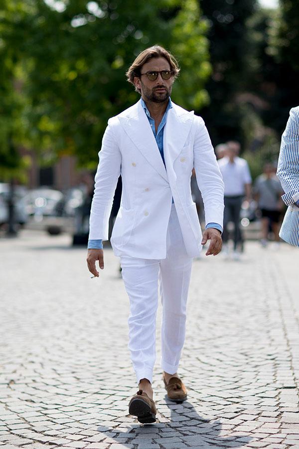 白ダブルスーツ×デニムシャツ×ブラウンスエードタッセルローファー