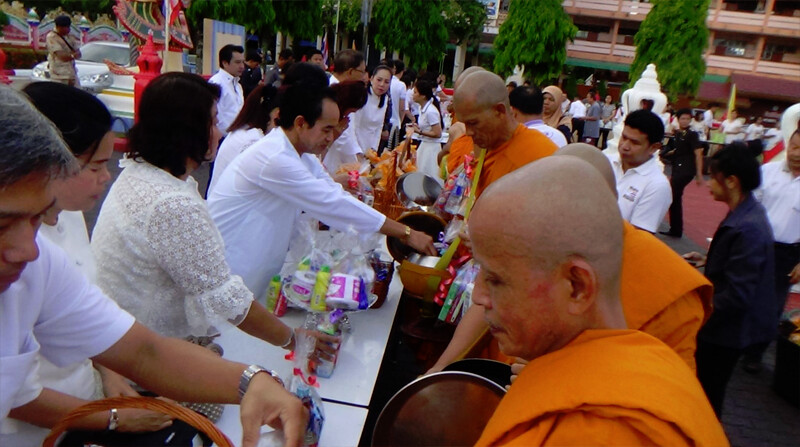 Umat Buddhis di Provinsi Satun, Thailand, mengikuti prosesi pindapata di Hari Vesak 2561 BE/2017, Rabu (10/5/2017).