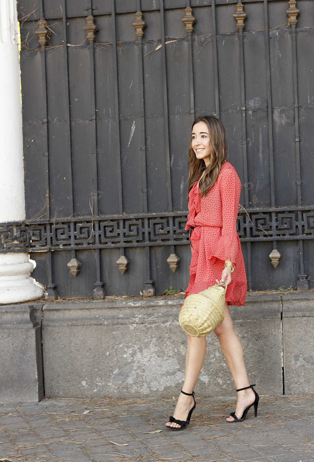 coral dress with dots and frills uterqüe black heels summer outfit style fashion01