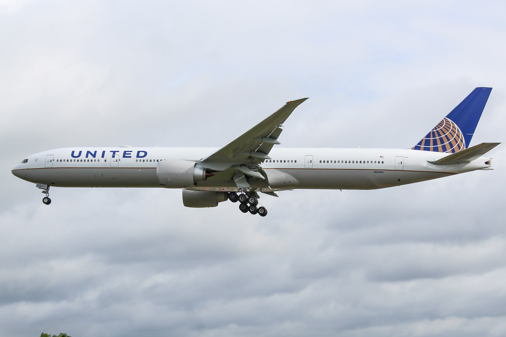 N2136U Boeing 777 United