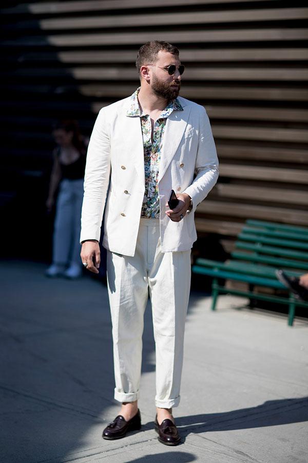 白ダブルスーツ×柄シャツ×ブラウンタッセルローファー