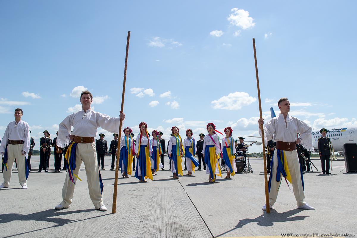 выступают участники Академического ансамбля песни и танца Государственной пограничной службы