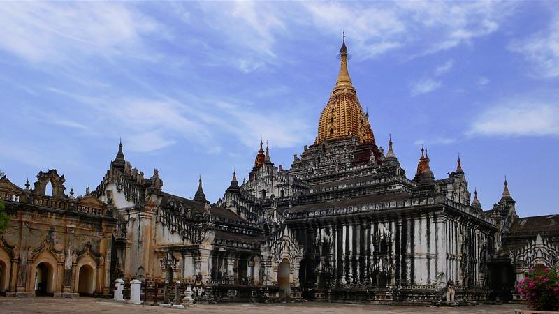 Candi Ananda, salah sau situs Buddhis di Bagan, Myanmar (Birma).
