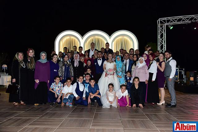 Gelin ve damadın ailesi düğün sonrası hep birlikte hatıra fotoğrafı çektirdi.