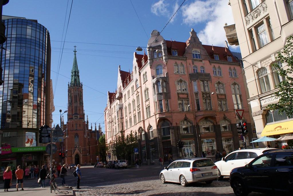 Si l'art nouveau domine dans le quartier de Centrs à Riga, le mélange architectural n'est pas rare.