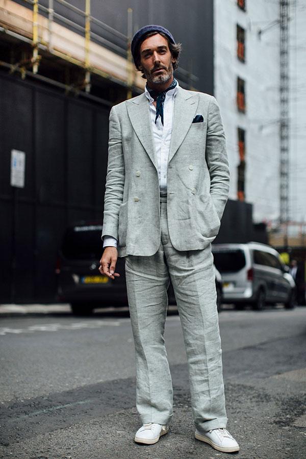 紺ニットキャップ×ライトグレーダブルスーツ×白シャツ×白スニーカー