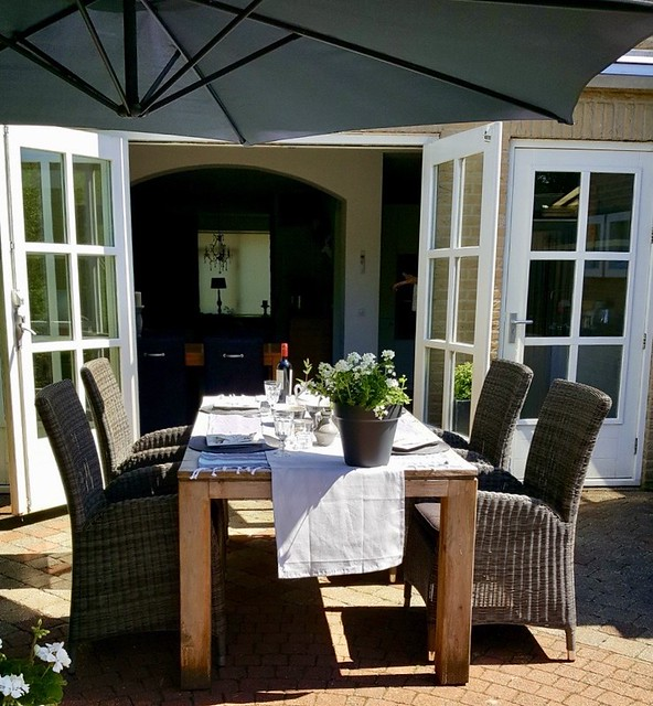 Openslaande terrasdeuren gedekte tafel