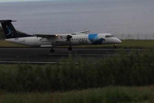 Bombardier Dash 8 approaching Horta 170615_334