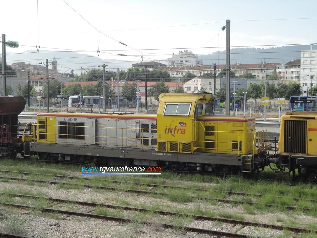 La locomotive BB 69216 SNCF Réseau en livrée INFRA SNCF à Aubagne