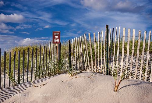 natur objekt landschaft usa massachusetts capecod dennis reise küstenlandschaft zaun sonne düne nature object landscape travel coast küste fence sun dune sign schild zeichen sand cloud wolke