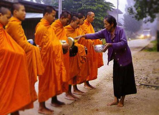 Para bhikkhu melakukan pindapata.