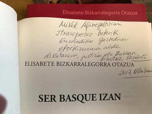 """Dedicatoria de Elisabete Bizkarralegorra Otazua en su libro """"Ser Basque Izan: La resistencia vasca no violenta en el franquismo (1957-1977)"""""""