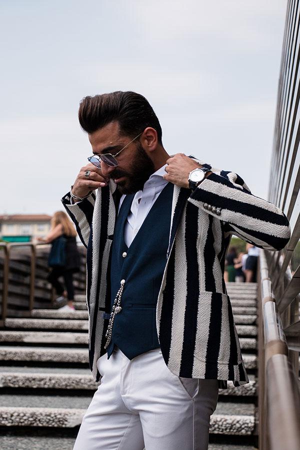 白黒テーラードジャケット×ネイビージレ×白シャツ×白パンツ