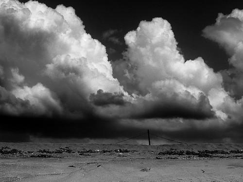 nuages cloud ciel sky black white plage beach dune africa afrique poteau sable sand contraste landscape paysage mer sea ipressionnant apocalyse exterieur mono monochrome