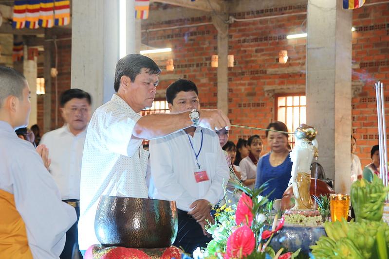 Lãnh đạo chính quyền tắm Phật