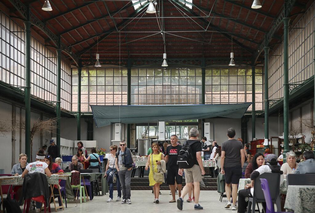 Partie couverte du marché aux puces de Santa Clara (Feira da Ladra) à Lisbonne. Photo de KotomiCreations