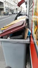 toutes les poubelles de cet immeuble sont squatt�es par la friterie, peu soucieuse de tri selectif ou de respect des habitants ...