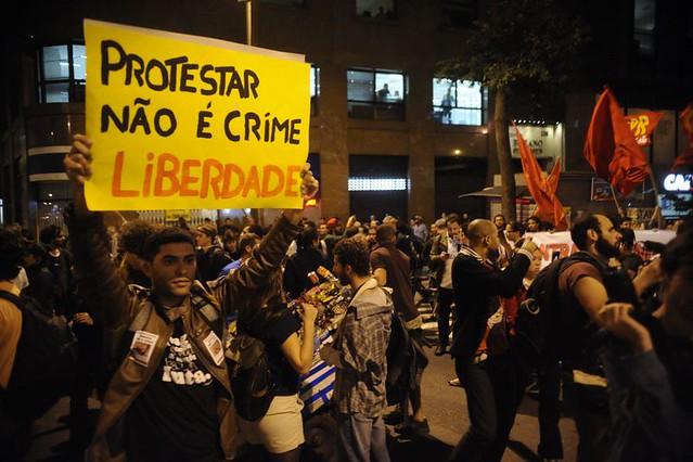 Criminalização de protestos tem sido grande preocupação de movimentos populares. Na foto,  militante reivindica liberdade de expressão - Créditos: Tomaz Silva/Agência Brasil