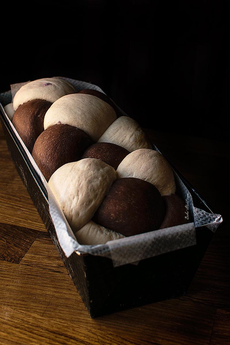 Pan de molde trenzado, cacao y cerezas