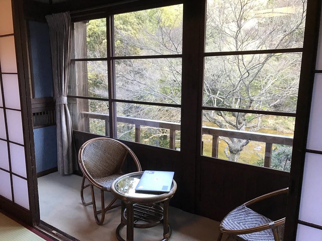 部屋の窓際(広縁から川を臨める)