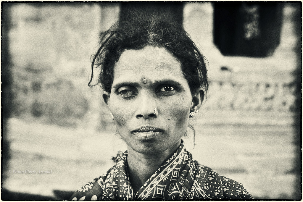BADAMI: PORTRAIT INDIEN AU TEMPLE DES GROTTES SCULPTÉES