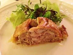Pâté chaud de lapin et foie gras, salade de pissenlit, vinaigrette mimosa, lard blanc