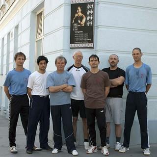 Gruppenfoto vor Schule