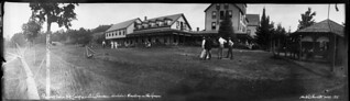 Lawn bowling at Prospect House, Port Sandfield, Muskoka Lakes, Ontario / Une partie de boulingrin à Prospect House, Port Sandfield, Muskoka Lakes (Ontario)