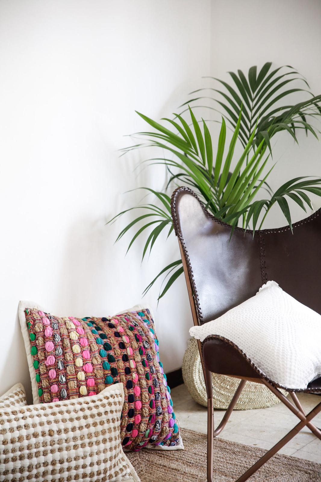 01_calma_house_ideas_decoracion_casa_cojines_bonitos_barcelona_boho_deco_theguestgirl_house_aloha_style_palmeras_casa_interior