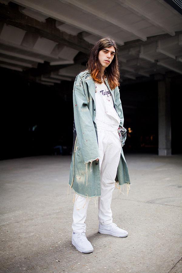デニムコート×白Tシャツ×白パンツ×Nike白ハイカットスニーカー