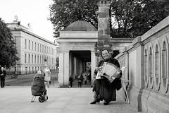 Musikerin auf der Friedrichsbrücke