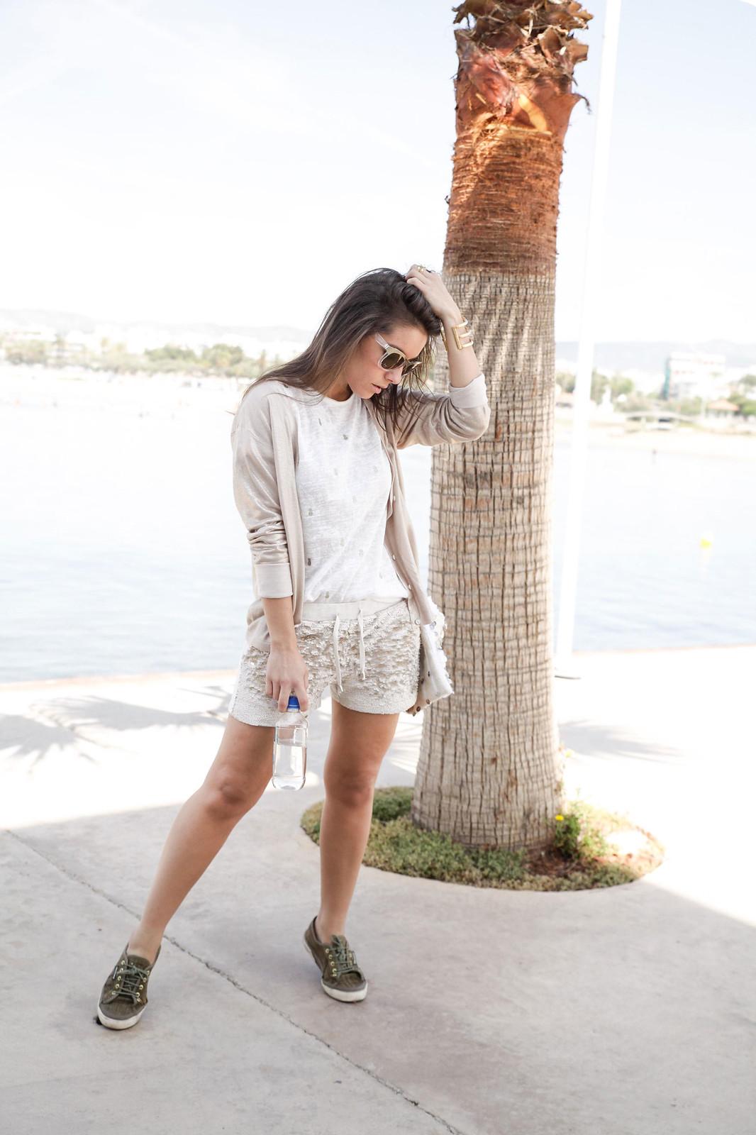 04_Shorts_lentejuelas_dorados_outfit_lelyjane_gold_shorts_theguetsgirl_laura_santolaria_influencer_barcelona_style