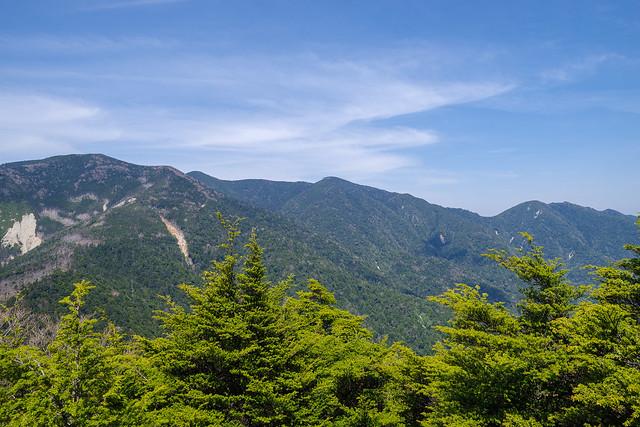 破風山登攀途中の岩場より・・・木賊山・甲武信ヶ岳・三宝山・武信白岩山