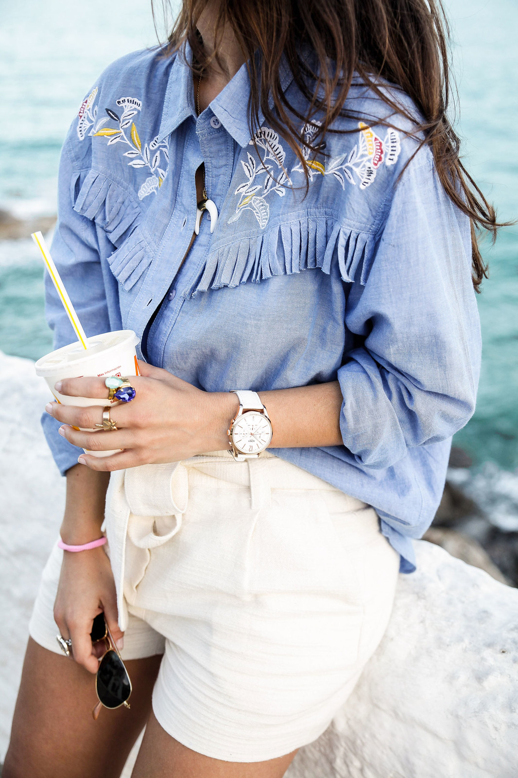 01_camisa_flecos_azul_mysundaymorning_fringed_shirt_fringed_theguestgirl_influencer_inspo_outft_summer_laura_santolaria_public_desire_denim_shoes_mc_donalds
