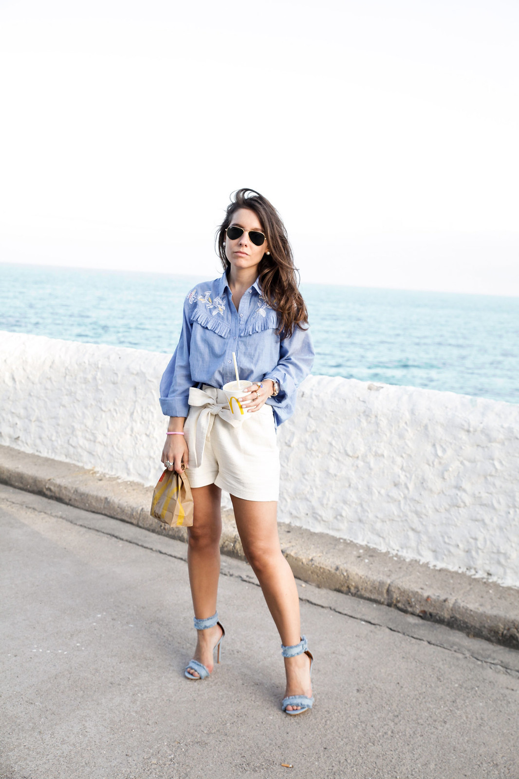 07_camisa_flecos_azul_mysundaymorning_fringed_shirt_fringed_theguestgirl_influencer_inspo_outft_summer_laura_santolaria_public_desire_denim_shoes_mc_donalds