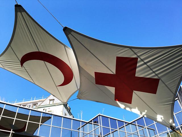 drapeaux croix rouge