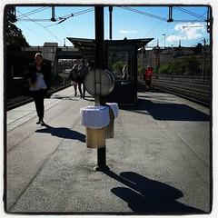 Solar på Karlbergs station i väntan på rätt tåg, med Dream Theater i öronen. Livet kunde vara sämre. Ska jag verkligen åka till kontoret idag!?