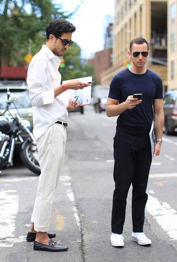 白シャツ×白パンツ×黒ビットモカシン&ネイビー無地Tシャツ×黒パンツ×オールスター白