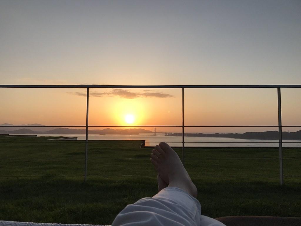 テラスから夕日を眺める