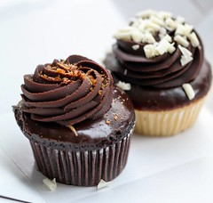 #Cupcakes as pre #breakfast treat! Loved @mollyscupcakes ' 'Ron Bennington' - #chocolate #cake w/ #peanutbutter filling and chocolate #ganache frosting :heart::heart::heart: . . #chicagoeats #chicagofood #eatfamous #bestfoodworld  #buzzfeast  #feedfeed #f