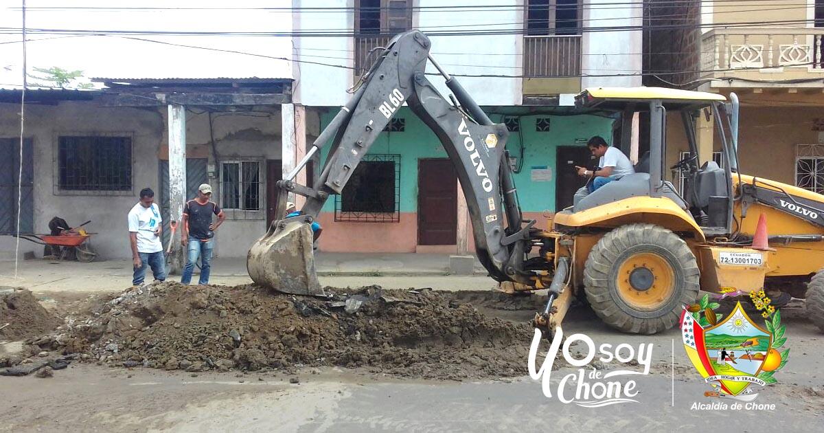 Buscan solución para fuga de agua en calle Bolívar Chone