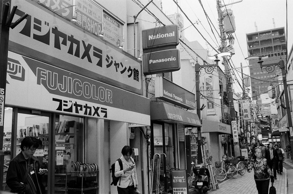 中野 Tokyo, Japan / Kodak TRI-X / Nikon FM2 到了中野,到了這間二手相機店,我記得有很多故障的相機像是跳蚤市場一樣集中在一個籃子裡,任由大家挑選。  店很小一間,但人卻很多,一直很想買一台小台的 8 mm 相機,但都是故障的,我又無法修復,所以逛了一圈就出來了。  有點不是我想要的店家 ......  Nikon FM2 Nikon AI AF Nikkor 35mm F/2D Kodak TRI-X 400 / 400TX 1275-0003 2015-10-05 Photo by Toomore